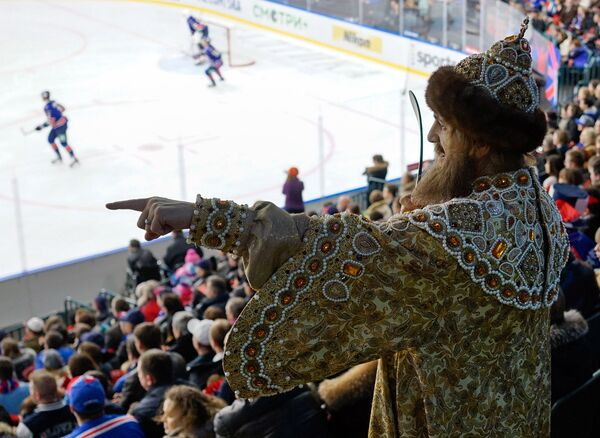 Болельщик в историческом костюме на трибунах во время матча регулярного чемпионата Континентальной хоккейной лиги - Sputnik Беларусь