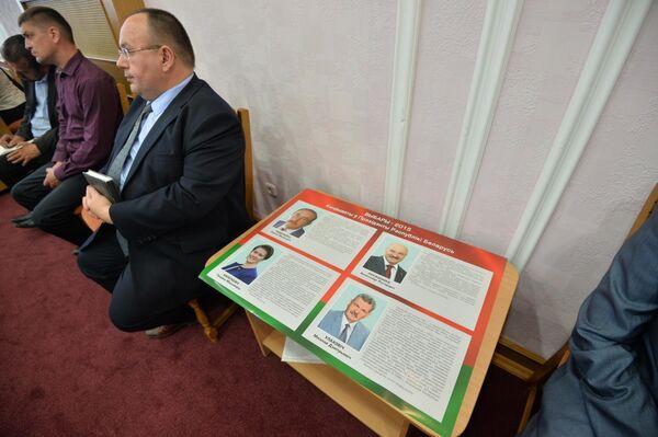 Плакат ЦИК с информацией о кандидатах - Sputnik Беларусь