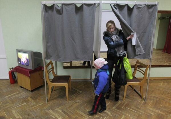 Досрочное голосование на избирательном участке общежития № 17 поселка Лесной Минской области - Sputnik Беларусь
