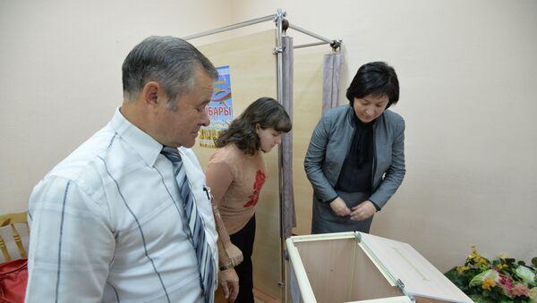 Назіральнікі аглядаюць скрыню для галасавання - Sputnik Беларусь