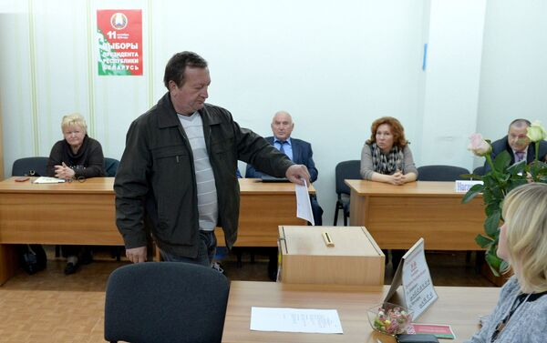 Наблюдатели следят за процессом досрочного голосования - Sputnik Беларусь
