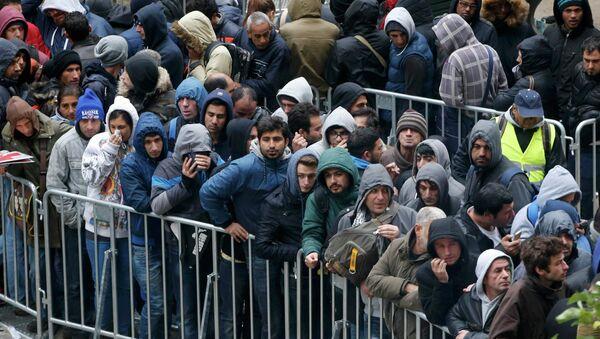 Мигранты в очереди на регистрацию,  Берлин, Германия - Sputnik Беларусь