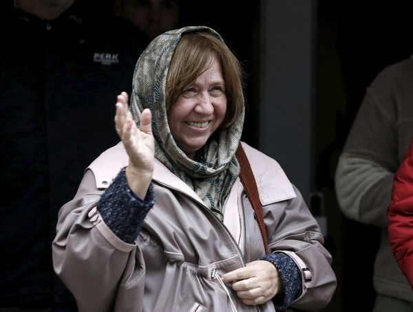 Лауреат Нобелевской премии по литературе белорусская писательница Светлана Алексиевич - Sputnik Беларусь