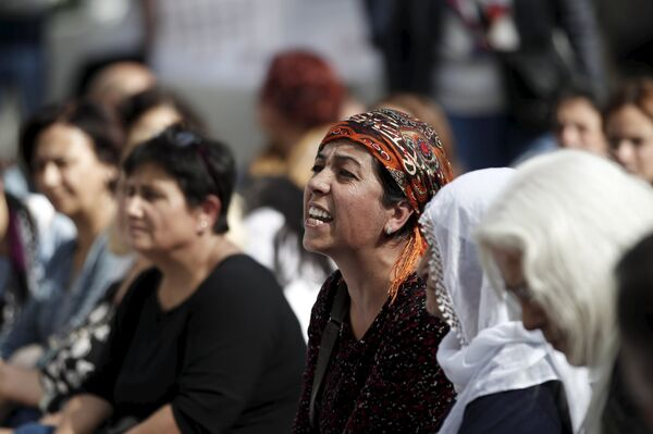 Женщины плачут на месте теракта в Анкаре - Sputnik Беларусь