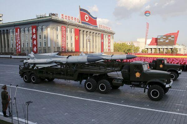 Баллистические ракеты дальнего радиуса действия на параде в Пхеньяне - Sputnik Беларусь