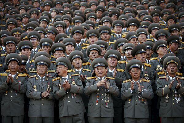 Корейские военные наблюдают за парадом - Sputnik Беларусь