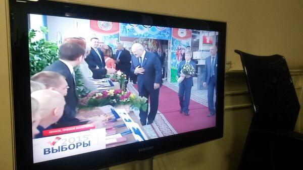 Лукашенко с сыном на избирательном участке - Sputnik Беларусь