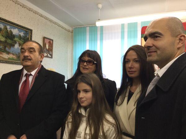 Семья Гайдукевич на избирательном участке - Sputnik Беларусь