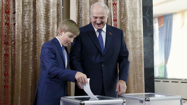 Аляксандр Лукашэнка з сынам Мікалаем на выбарчым участку ў Мінску - Sputnik Беларусь