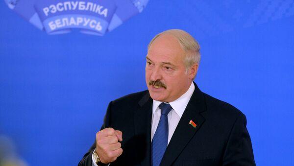 Александр Лукашенко на избирательном участке №1 в Минске - Sputnik Беларусь