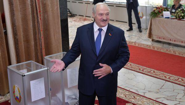 Александр Лукашенко на избирательном участке - Sputnik Беларусь