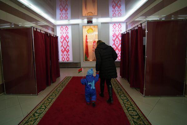 На участке №56 при Университете культуры и искусств в день выборов - Sputnik Беларусь