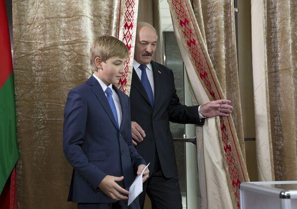 Лукашенко голосует - Sputnik Беларусь