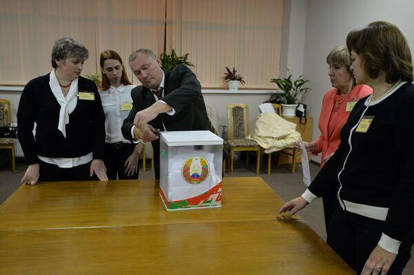 Подсчет голосов на избирательном участке - Sputnik Беларусь