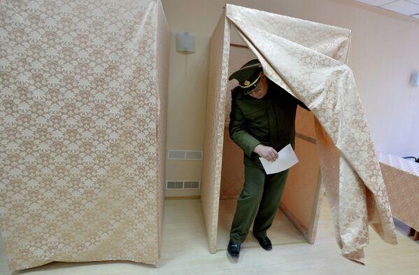 Военнослужащий принимает участие в досрочном голосовании на выборах президента Республики Беларусь на 78-ом избирательном участке в Минске. - Sputnik Беларусь