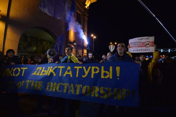 Участники акции протеста в Минске после выборов - Sputnik Беларусь