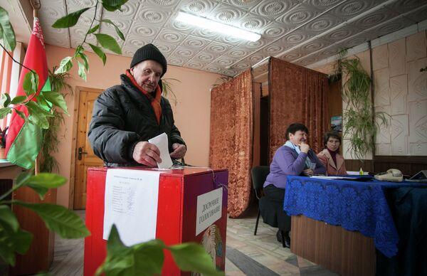 Избирательный участок в агрогородке Солы Сморгонского района - Sputnik Беларусь