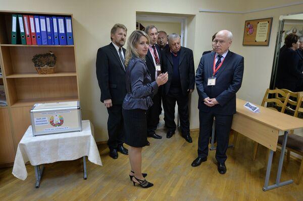 Наблюдатель от СНГ Сергей Лебедев на избирательном участке - Sputnik Беларусь