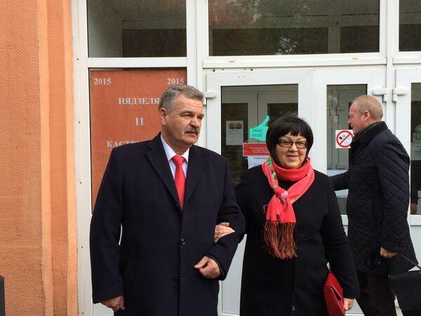 Мікалай Улаховіч з жонкай на выбарчым участку - Sputnik Беларусь