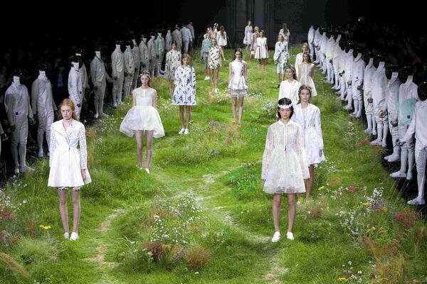На неделе моды в Париже модели дефилировали на лугу с цветами - Sputnik Беларусь