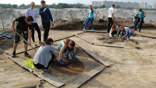 Студэнты на раскопках у Брэсце, архіўнае фота - Sputnik Беларусь