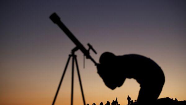Человек наблюдает за звездами - Sputnik Беларусь