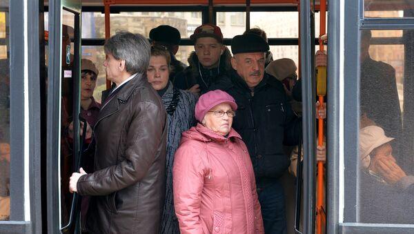 Пассажиры в автобусе - Sputnik Беларусь