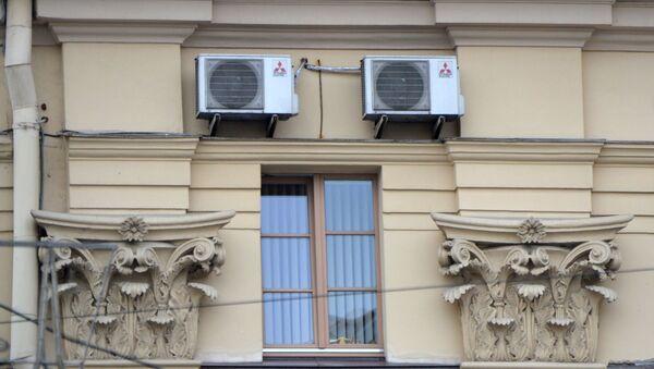 Кандыцыянеры на фасадзе гістарычнага будынка - Sputnik Беларусь