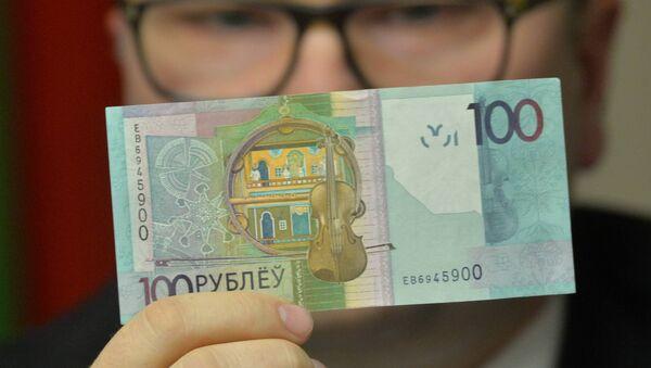 Дзмітрый Лапко паказвае новыя грошы - Sputnik Беларусь