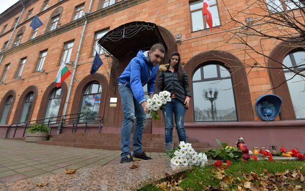 Минчане у посольства Франции в Минске - Sputnik Беларусь