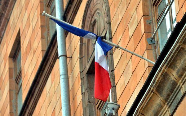 Траурная лента на флаге у посольства Франции в Минске. - Sputnik Беларусь