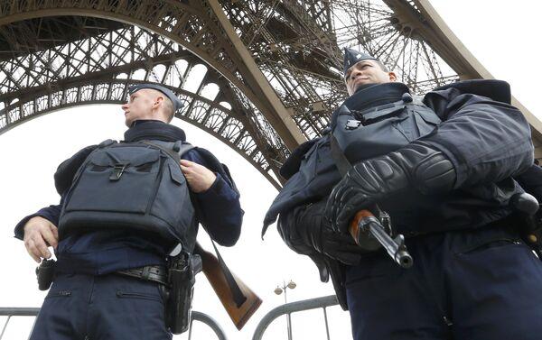 Французские полицейские у Эйфелевой башни - Sputnik Беларусь