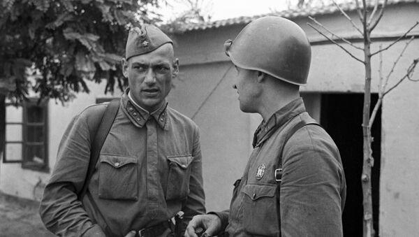 Константин Симонов (справа) беседует с политруком 25-й стрелковой Чапаевской дивизии. - Sputnik Беларусь