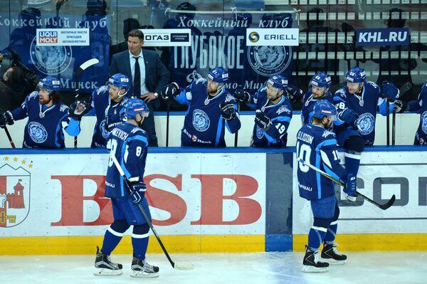 Игроки минского Динамо поздравляют друг друга с забитой шайбой - Sputnik Беларусь
