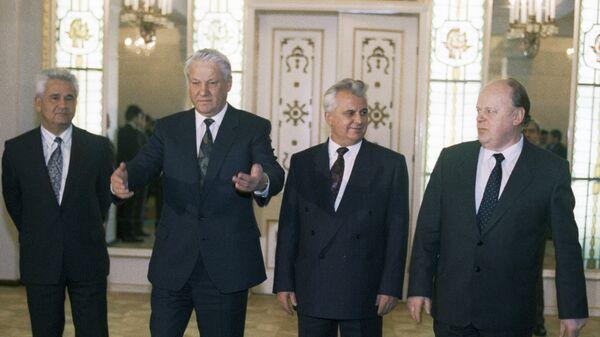 Борис Ельцин, Леонид Кравчук, Станислав Шушкевич во время встречи в Беловежской пуще для подписания Соглашения о создании СНГ - Sputnik Беларусь