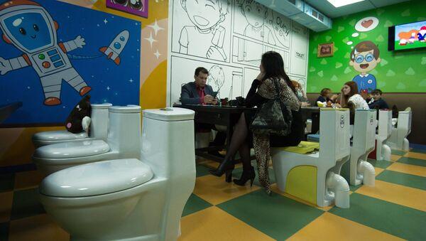 Посетители в тематическом кафе  Crazy Toilet в Москве - Sputnik Беларусь