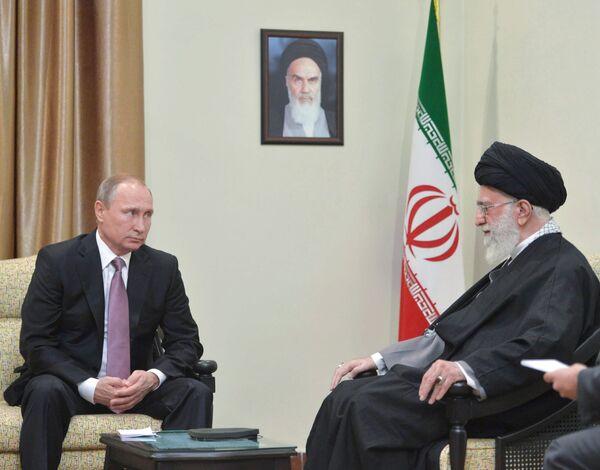 Президент России Владимир Путин (слева) и верховный руководитель Исламской Республики Иран Сайед Али Хаменеи - Sputnik Беларусь
