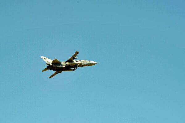 Фронтовой бомбардировщик Су-24 Воздушно-космических сил РФ над авиабазой Хмеймим в сирийской провинции Латакия - Sputnik Беларусь