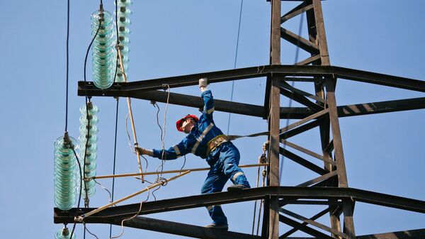 Монтажник проводит плановый ремонт на линии электропередач - Sputnik Беларусь