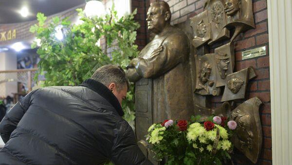 Москвичи возлагают цветы к портрету режиссера Эльдара Рязанова - Sputnik Беларусь