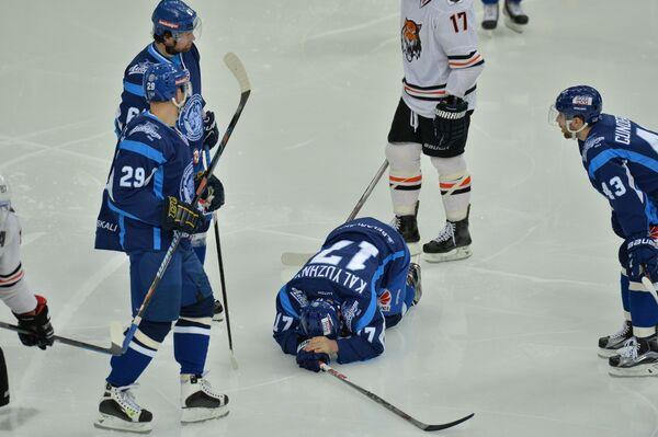 Капитан ХК Динамо-Минск Алексей Калюжный лежит на льду после столкновения с Яном Коларжем - Sputnik Беларусь