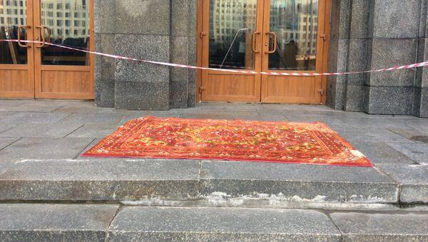 Ковер у входа в главный корпус БГУ - Sputnik Беларусь
