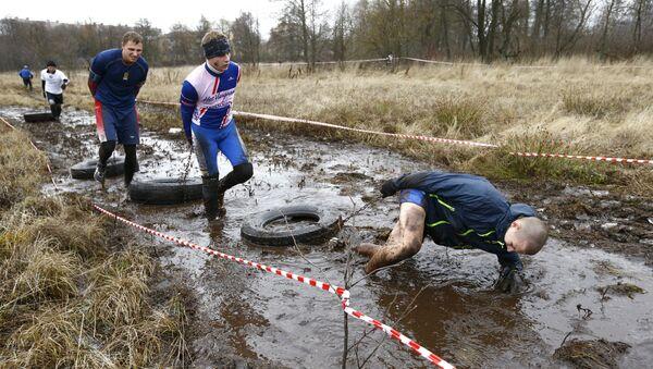 Bison race в Жодино: участники выполняют упражнение Бурлаки - Sputnik Беларусь