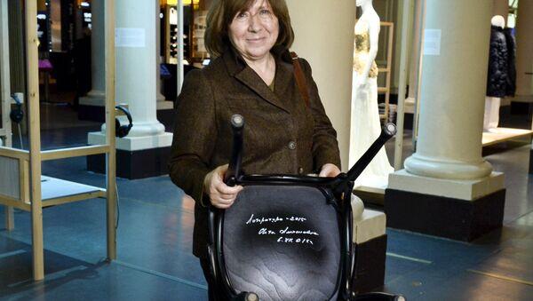 Алексиевич оставила автограф на стуле в Нобелевском музее в Стокгольме - Sputnik Беларусь