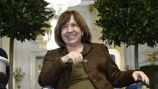 Белорусская писательница Светлана Алексиевич на пресс-конференции в Стокгольме - Sputnik Беларусь