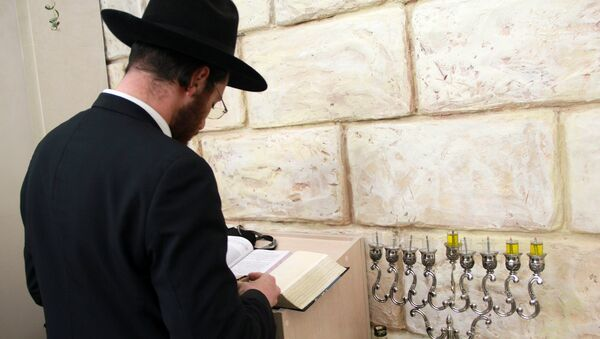 Уважаемый еврей зажжет свечу на Хануку - Sputnik Беларусь