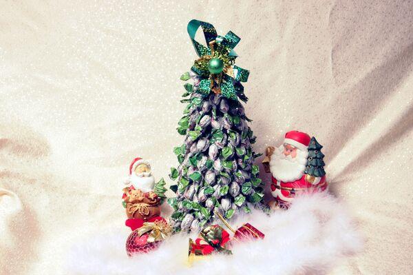 Праздничная елка из конфет - Sputnik Беларусь