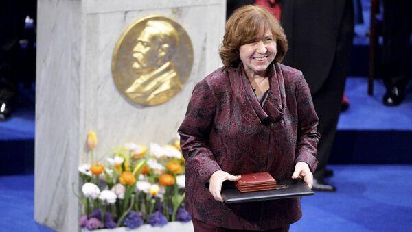 Светлана Алексиевич на вручении Нобелевской премии по литературе - Sputnik Беларусь