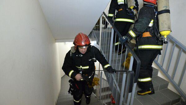 Пожарные поднимаются по лестнице, архивное фото - Sputnik Беларусь