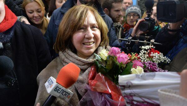Святлана Алексіевіч прыляцела са Стакгольма - Sputnik Беларусь